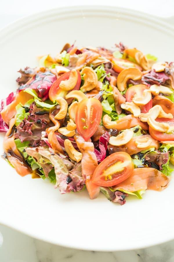 Salada do tomate e do vegetal com carne do salmão fumado foto de stock