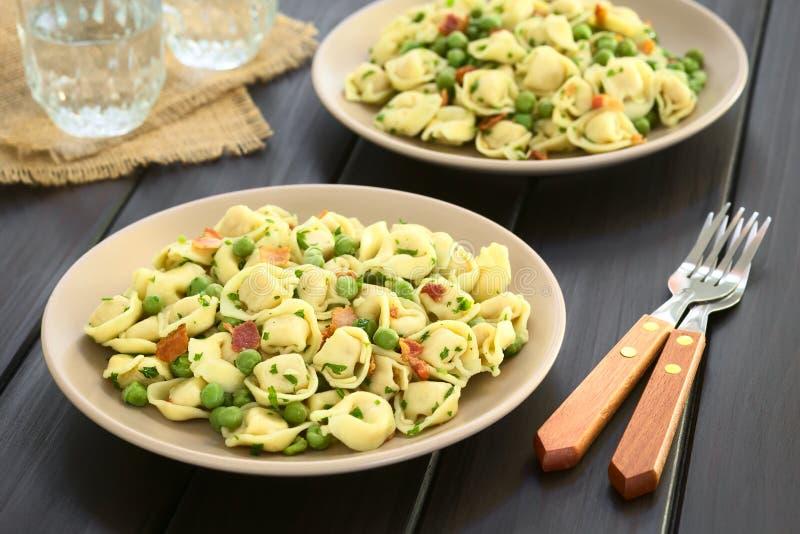 Salada do Tortellini com ervilhas e bacon imagens de stock royalty free