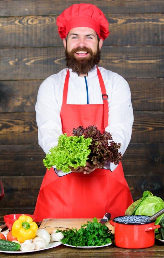 Salada do vegetariano com legumes frescos Alimento biológico de dieta Culinária culinária vitamina Homem farpado feliz receita do imagens de stock