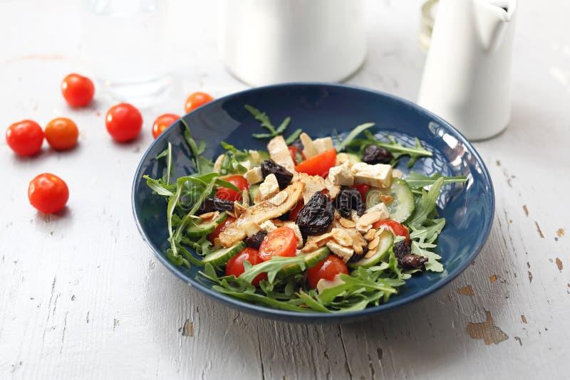 Salada do vegetariano com tofu, tomates de cereja, r?cula, pepino fotos de stock