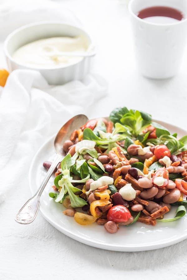 Salada do vegetariano com tomates, feijões e salsicha do vegetariano fotografia de stock royalty free