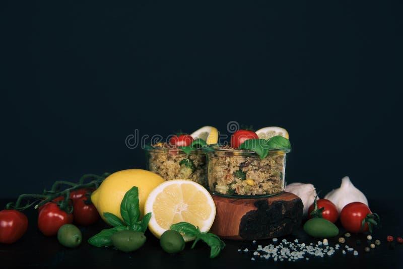 Salada do vegetariano dos vegetais, dos cogumelos e do quinoa foto de stock royalty free
