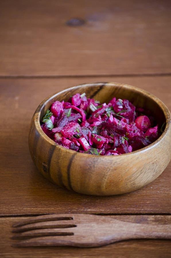 Salada do vegetariano do legume fresco na bacia de madeira com a forquilha de madeira na tabela de madeira, vinagrete da ensalada fotografia de stock royalty free