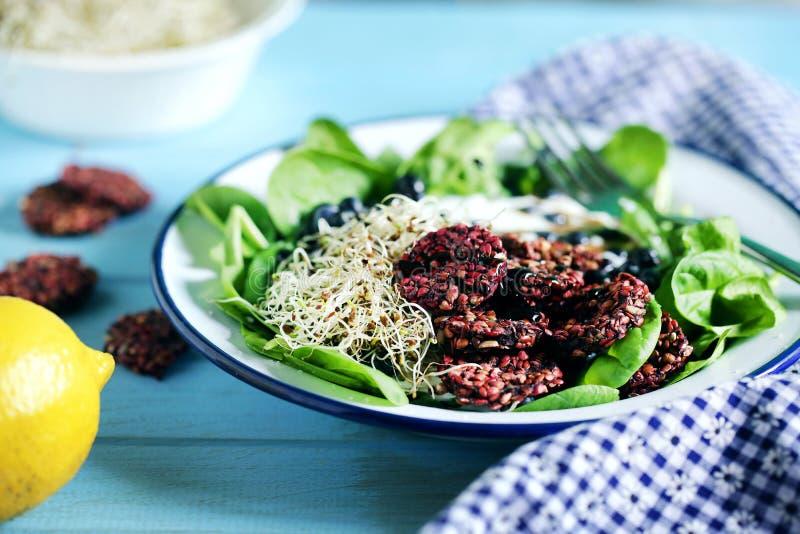 Salada do verão com espinafres do bebê, brotos, mirtilos e biscoitos do trigo mourisco foto de stock royalty free