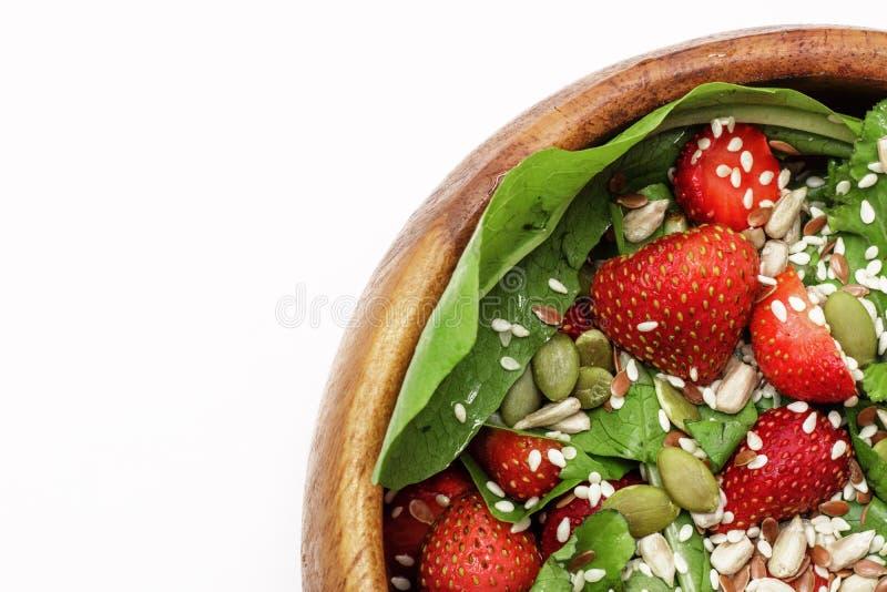 Salada do verão da dieta com morangos, alface e sementes, um petisco claro, alimento saudável, foto de stock royalty free