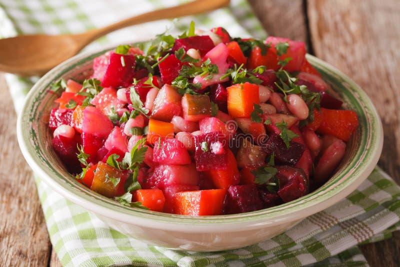 Salada do vinagrete: beterrabas, cenouras, feijões, batatas e cebolas dentro fotos de stock royalty free