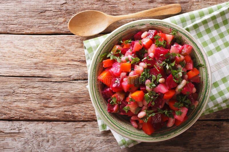 Salada do vinagrete com beterrabas, cenouras, feijões, batatas e cebola fotos de stock royalty free