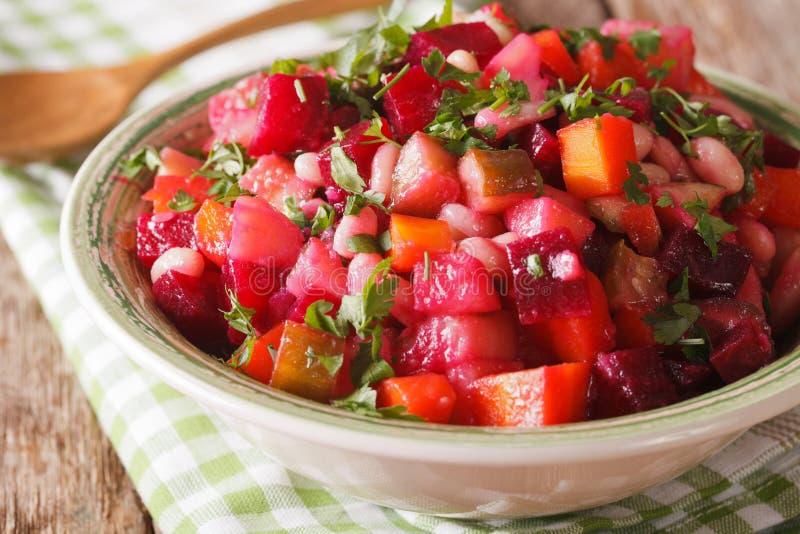 Salada do vinagrete com beterrabas, cenouras, feijões, batatas e cebola imagem de stock