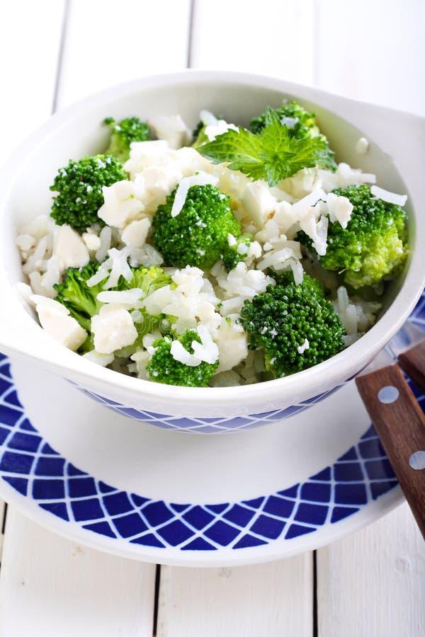 Salada dos brócolis, do arroz e do feta fotos de stock royalty free