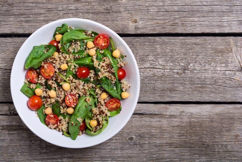 Salada dos espinafres com quinoa, tomates e grão-de-bico foto de stock royalty free