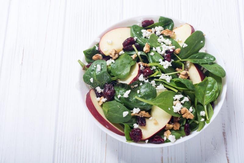 Salada dos espinafres do outono com queijo da maçã, noz e o arando secado Alimento saudável do vegetariano imagem de stock royalty free