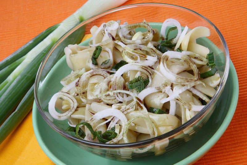 Salada dos feijões franceses com a cebola fresca rin da mola do corte fotografia de stock royalty free