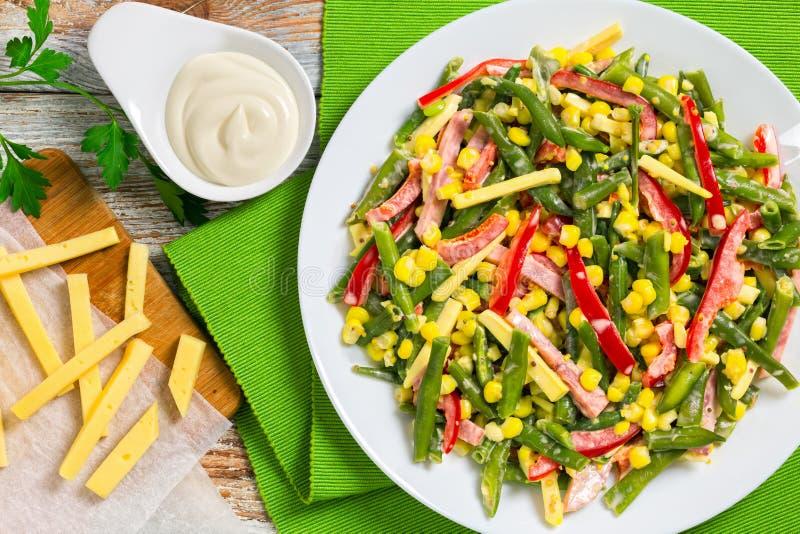 Salada dos feijões verdes, do milho, do presunto e do queijo imagens de stock royalty free