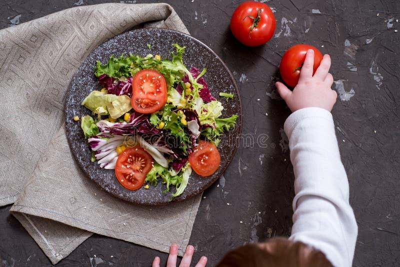 Salada dos legumes frescos com couve roxa, couve branca, alface, cenoura na bacia escura da argila no fundo preto Vista superior fotos de stock royalty free