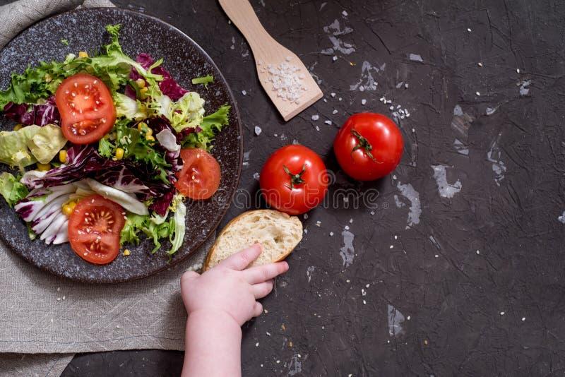 Salada dos legumes frescos com couve roxa, couve branca, alface, cenoura na bacia escura da argila no fundo preto Vista superior imagem de stock