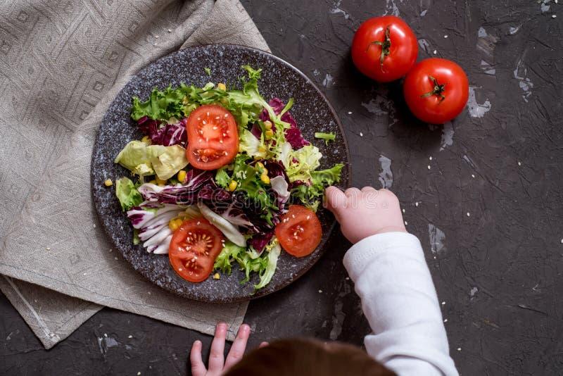 Salada dos legumes frescos com couve roxa, couve branca, alface, cenoura na bacia escura da argila no fundo preto Vista superior imagens de stock royalty free