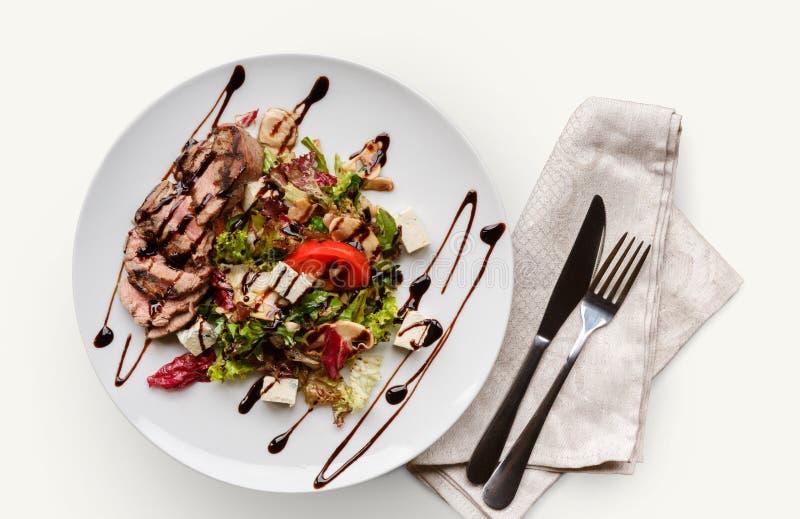 Salada dos legumes frescos sobre o fundo branco fotos de stock
