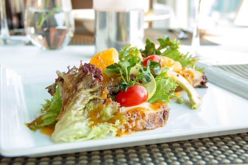Salada dos legumes misturados na placa branca imagem de stock