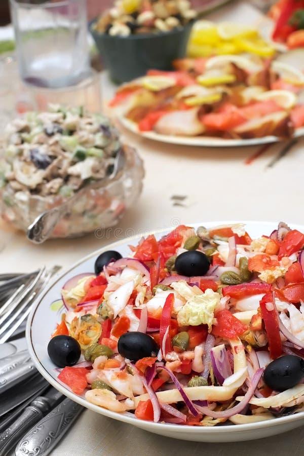 Salada dos mariscos com azeitonas e vegetais foto de stock