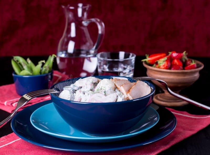 Salada dos sadishes da mola no molho do iogurte imagem de stock