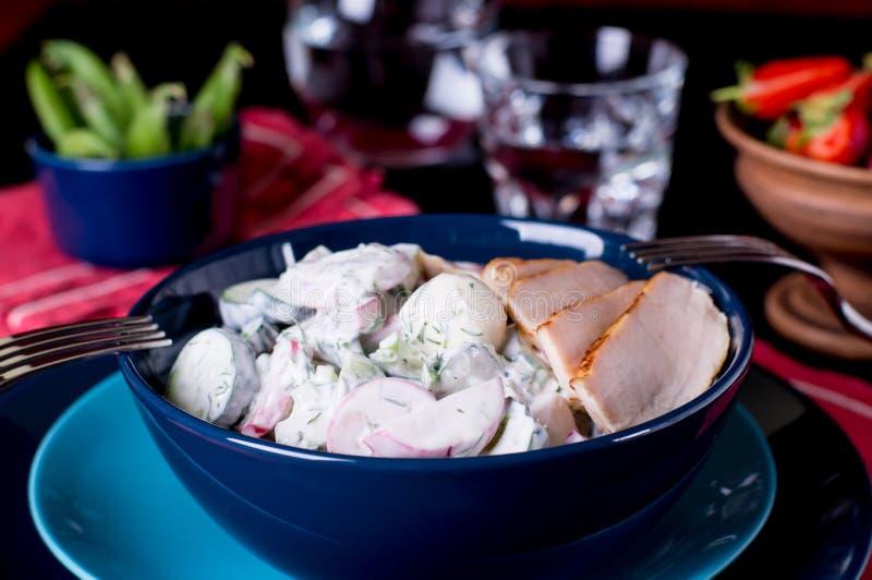 Salada dos sadishes da mola no molho do iogurte imagens de stock