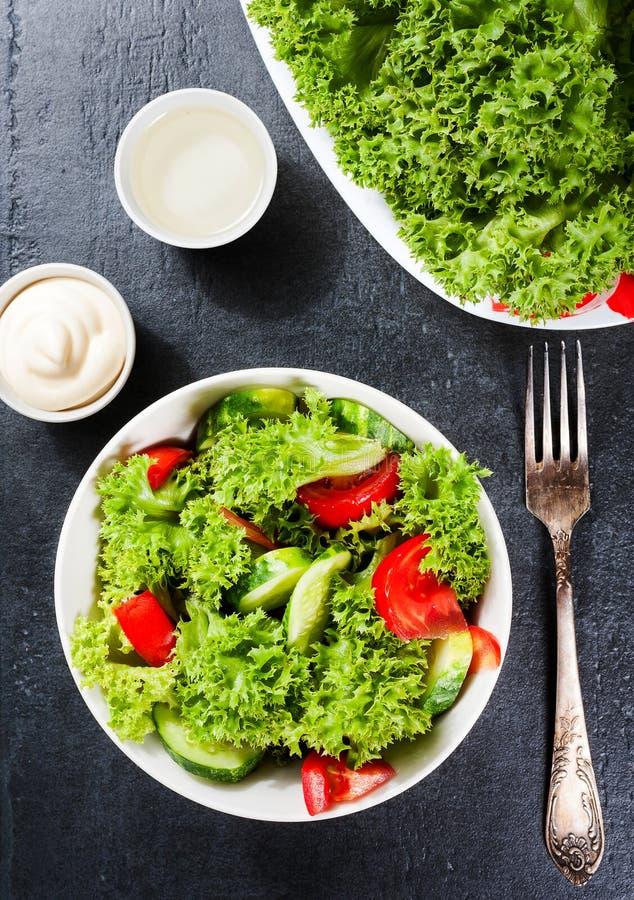 Salada dos vegetais Alimento delicioso do vegetariano ou conceito da dieta no fundo escuro foto de stock