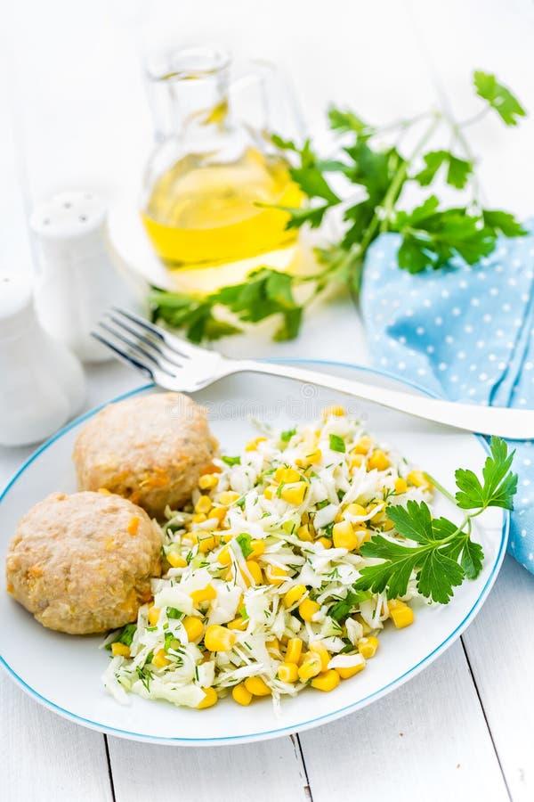 Salada e almôndegas vegetais de couve no fim da placa acima, fundo branco foto de stock