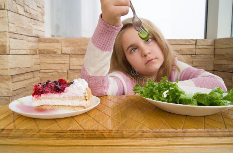 Salada e bolo saudáveis e insalubres do alimento foto de stock royalty free