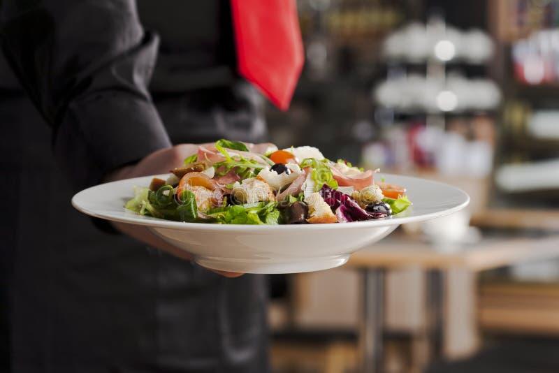 Salada e empregado de mesa fotografia de stock royalty free