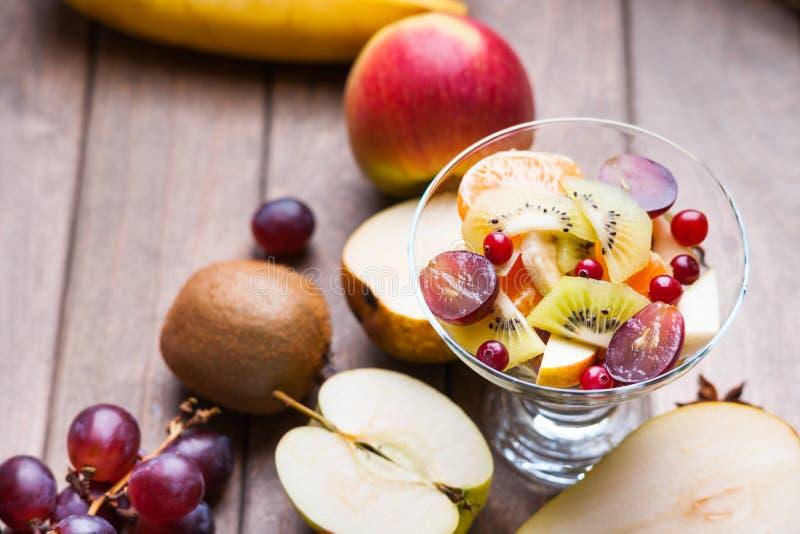 Salada e frutos de fruto fresco na tabela de madeira fotos de stock royalty free