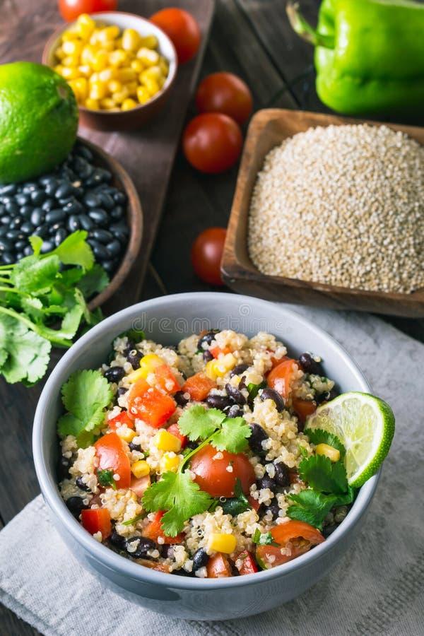 Salada e ingredientes do quinoa do feijão preto fotos de stock royalty free