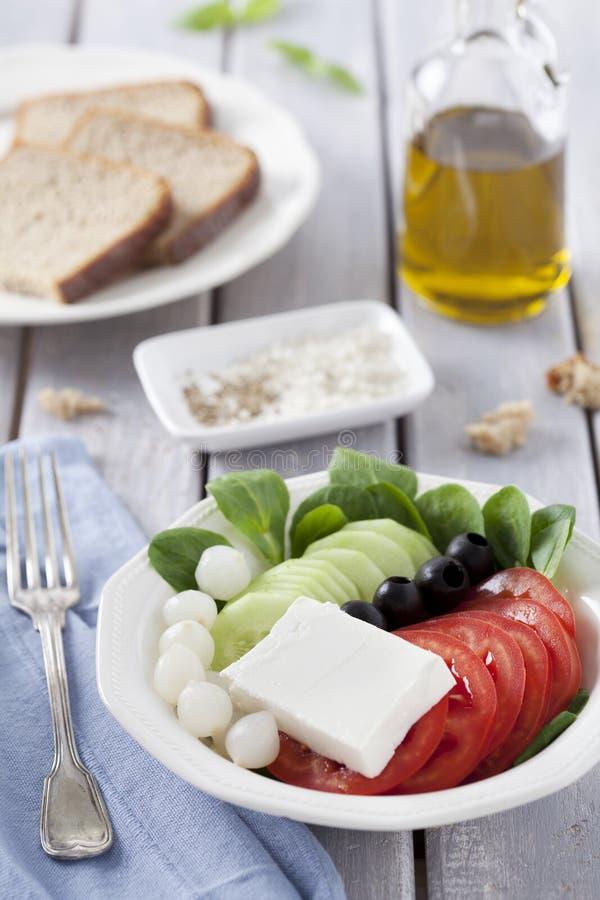 Salada e pão frescos fotos de stock royalty free