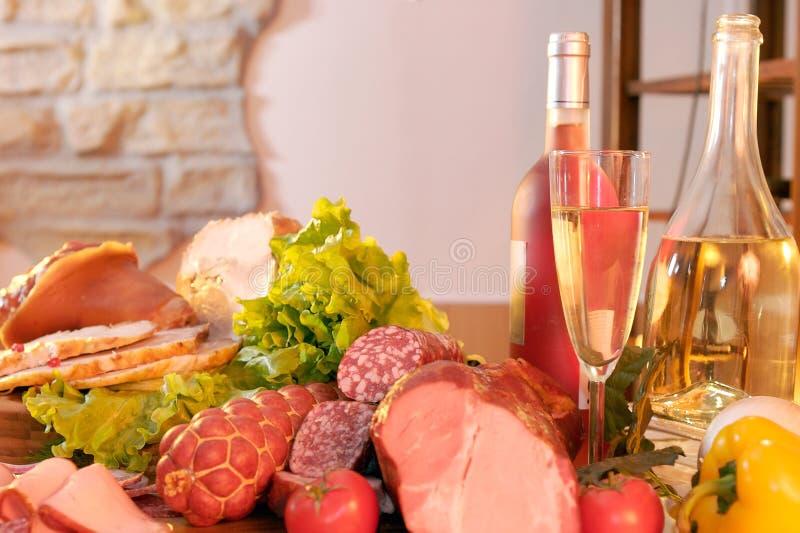 Salada e vinho fumados da salsicha da carne fotos de stock royalty free