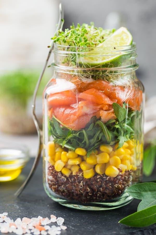 Salada em um frasco de pedreiro fotografia de stock