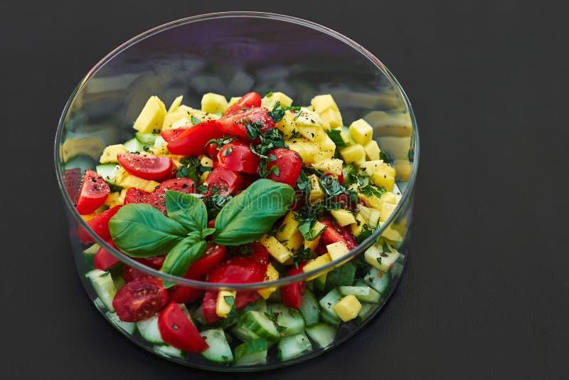 Salada em uma bacia de vidro imagem de stock