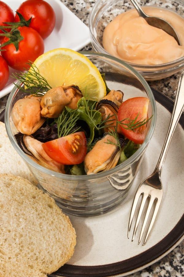Salada escocesa do mexilhão com molho e o tomate fresco fotografia de stock