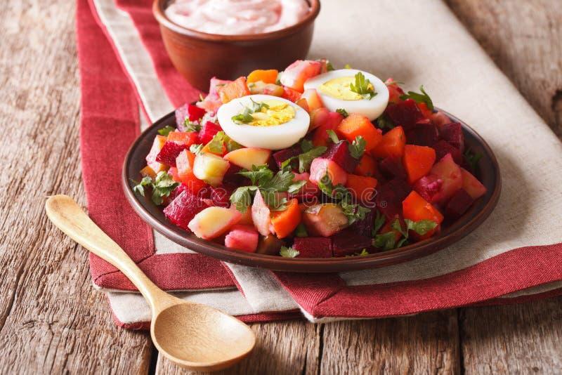 Salada finlandesa do rosolli de vegetais fervidos e de fim do molho de creme fotos de stock