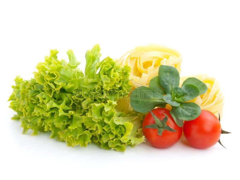 Salada, folhas da alface, macarrão e tomate frescos fotografia de stock royalty free