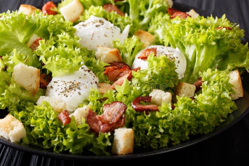 Salada francesa lyonnaise com a alface, o pão torrado e os ovos caçados fotos de stock