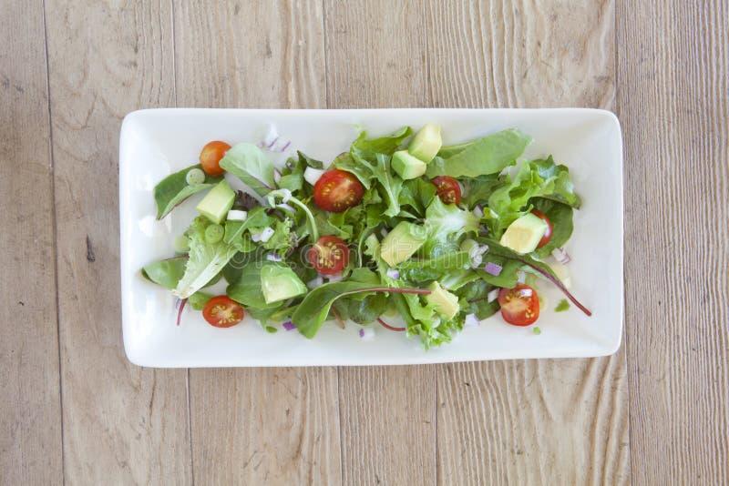 Salada fresca com abacate e tomates imagem de stock