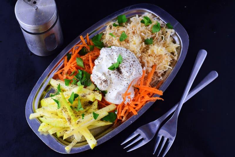 Salada fresca com aipo, maçã, cenoura com iogurte em uma placa de metal em um fundo cinzento Conceito saudável comer foto de stock royalty free
