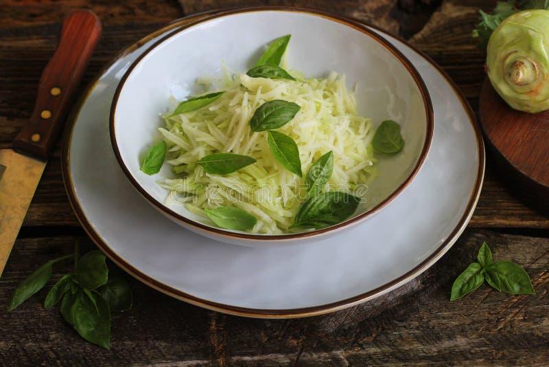 Salada fresca com a couve-rábano, o Parmesão, a manjericão e o sésamo dresing em uma bacia Alimento do vegetariano imagens de stock