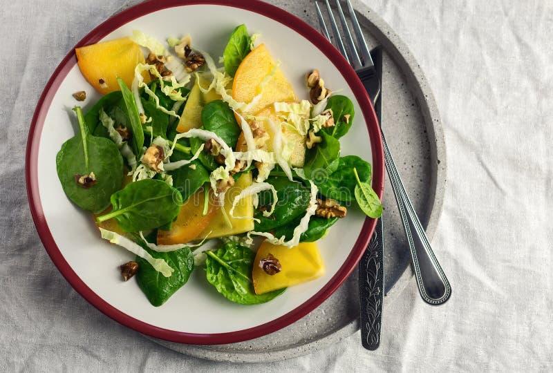 Salada fresca com espinafres, couve chinesa e caqui fotos de stock