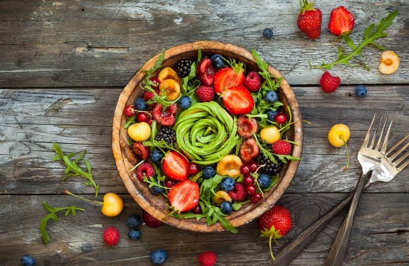 Salada fresca com fruto, baga e vegetais fotografia de stock