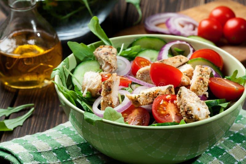 Download Salada Fresca Com Galinha, Tomates E Rúcula Na Placa Foto de Stock - Imagem de grelhado, dieta: 65575726