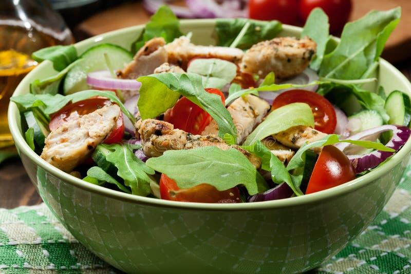 Download Salada Fresca Com Galinha, Tomates E Rúcula Na Placa Foto de Stock - Imagem de alimento, prato: 65576074