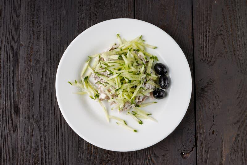 Salada fresca com galinha, tomates e verdes misturados imagem de stock