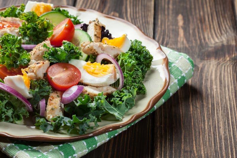 Download Salada Fresca Com Galinha, Tomates, Ovos E Alface Na Placa Imagem de Stock - Imagem de tomate, salad: 65575503