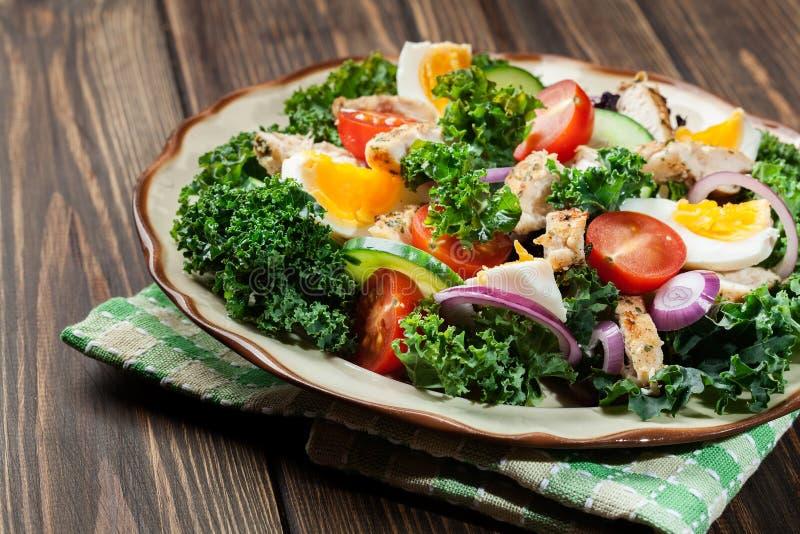 Download Salada Fresca Com Galinha, Tomates, Ovos E Alface Na Placa Imagem de Stock - Imagem de salad, pepino: 65575575