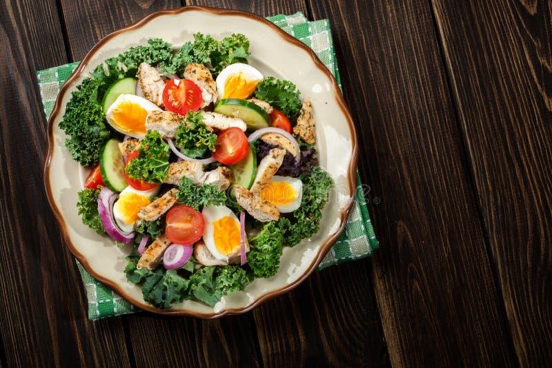 Download Salada Fresca Com Galinha, Tomates, Ovos E Alface Na Placa Imagem de Stock - Imagem de jantar, ninguém: 65575657
